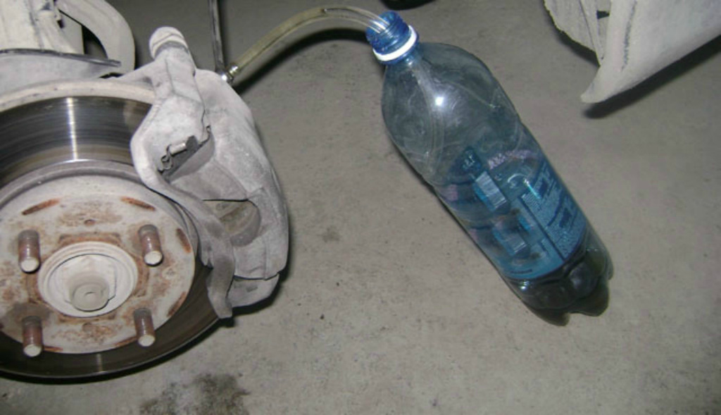 Как заменить тормозную жидкость и прокачать тормоза