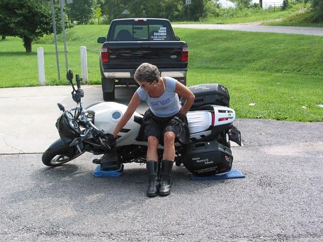 Как поднять тяжелый мотоцикл, несколько простых способов