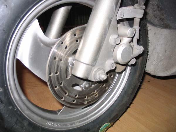 Спускает колесо на скутере – основные причины